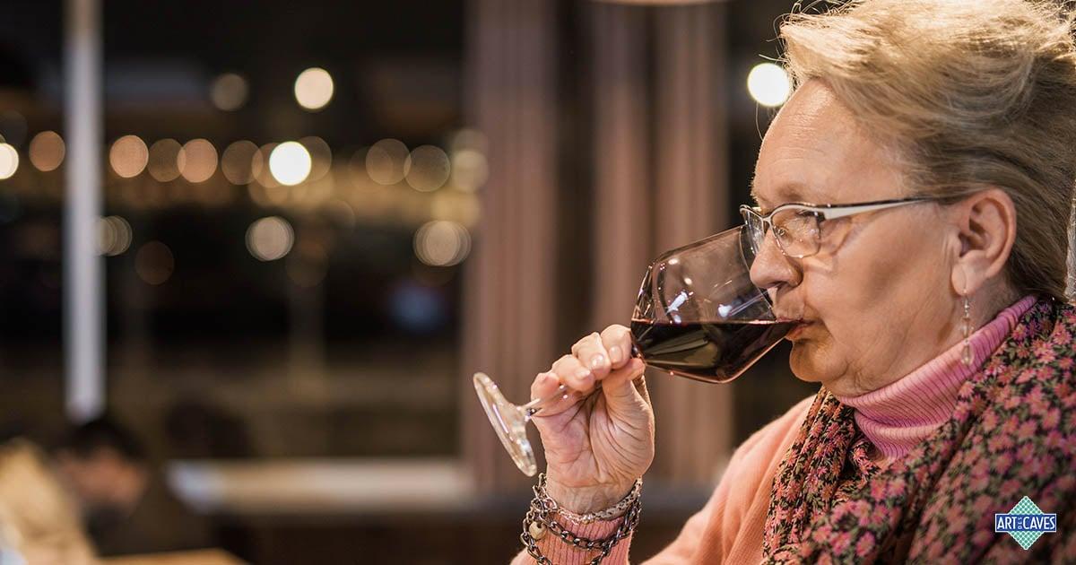 Mulheres na degustação de vinhos