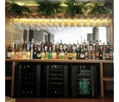 Bar sofisticado e área gourmet com nossas adegas Art des Caves.