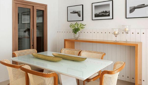 Área gourmet com adegas – espaço clean e aconchegante.
