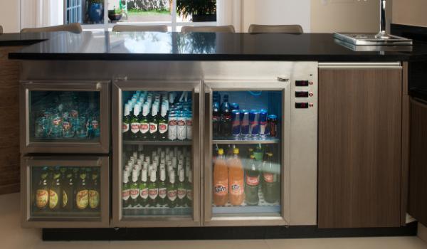 Balcão Refrigerado com motores externos. Capacidade de armazenamento de bebidas não-alcoólicas, cervejas e taças.