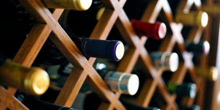 Cuidados especiais na hora de comprar vinhos para sua adega pequena.