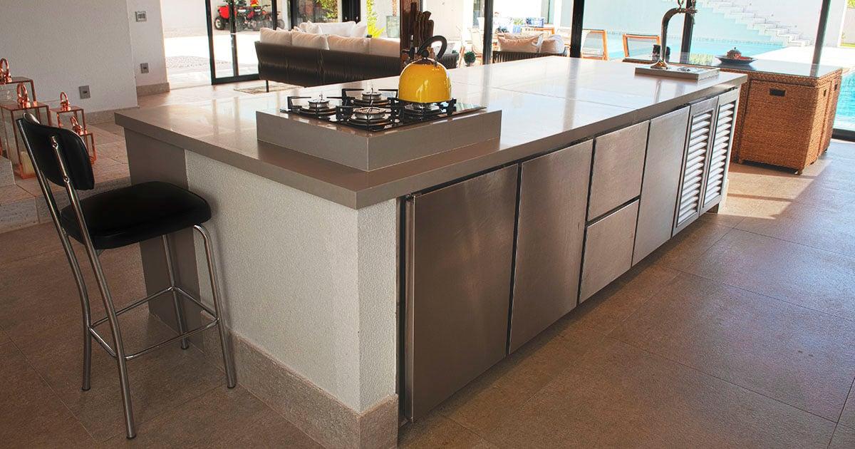 Balcão refrigerado com motor externo instalado em espaço gourmet.