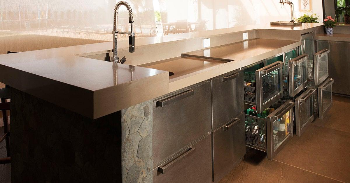Projeto de balcão refrigerado com motor externo em cada porta, iluminação em LED e vidro Low-E que impede transferência térmica entre dois ambientes.