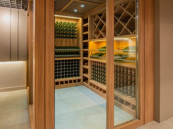 A loja Art des Caves no CasaShopping conta com um projeto de climatização exclusiva que transparece toda a nossa expertise com vinhos.